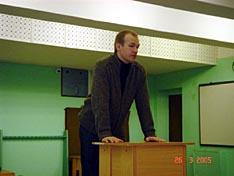Один из активистов 'Общества содействия развитию целевого метания ножа 'Свободный нож' Михаил Коликов, открывает конференцию