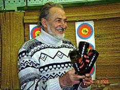 Мухтарбек Кантемиров получает символический приз за победу в соревнованиях по метанию