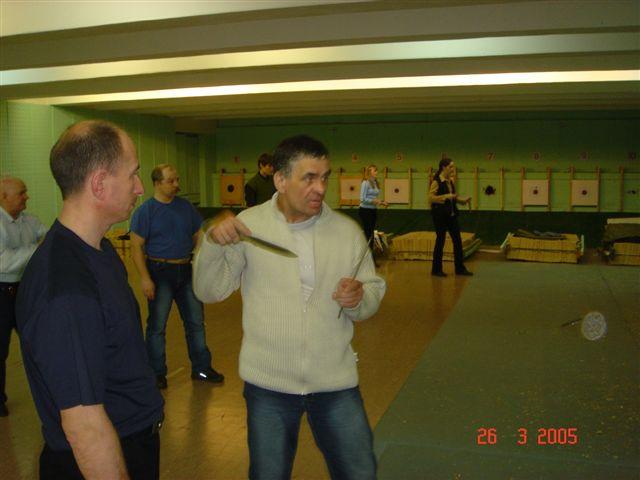 Юрий Федин демонстрирует свою оригинальную технику безоборотного метания ножей